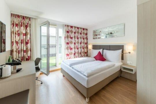 Prestige Zimmer mit Terrasse und großzügigem Schreibtisch, TV und super bequemen Bett